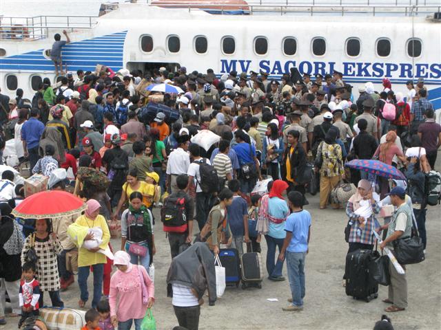 http://kendaripos.files.wordpress.com/2008/09/mudik-di-pelabuhan-suwarjono-8.jpg